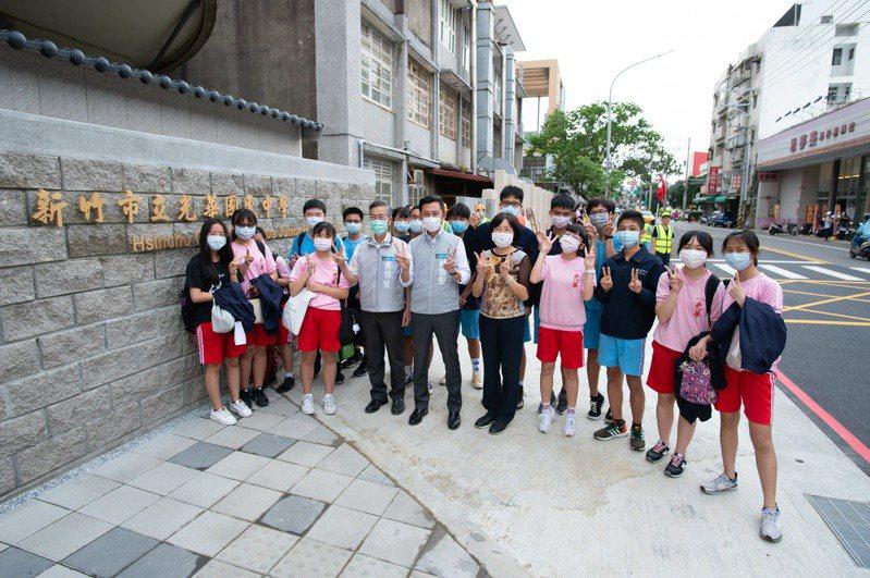 新竹市光華國中通學步道開通,市長林智堅直擊學生通學情形,學生不用再與車爭道。圖/市府提供