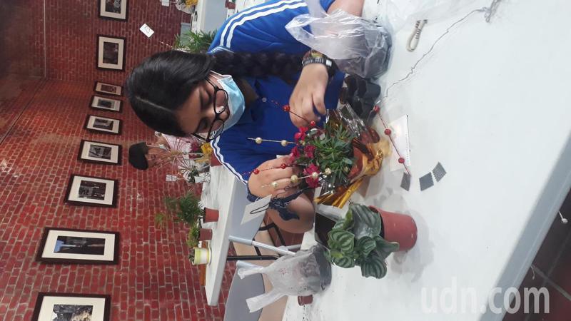 新豐高中學生創作母親節盆栽送媽媽 ,寄讀的墨西哥學生吳柏文要作4盆。記者周宗禎/攝影