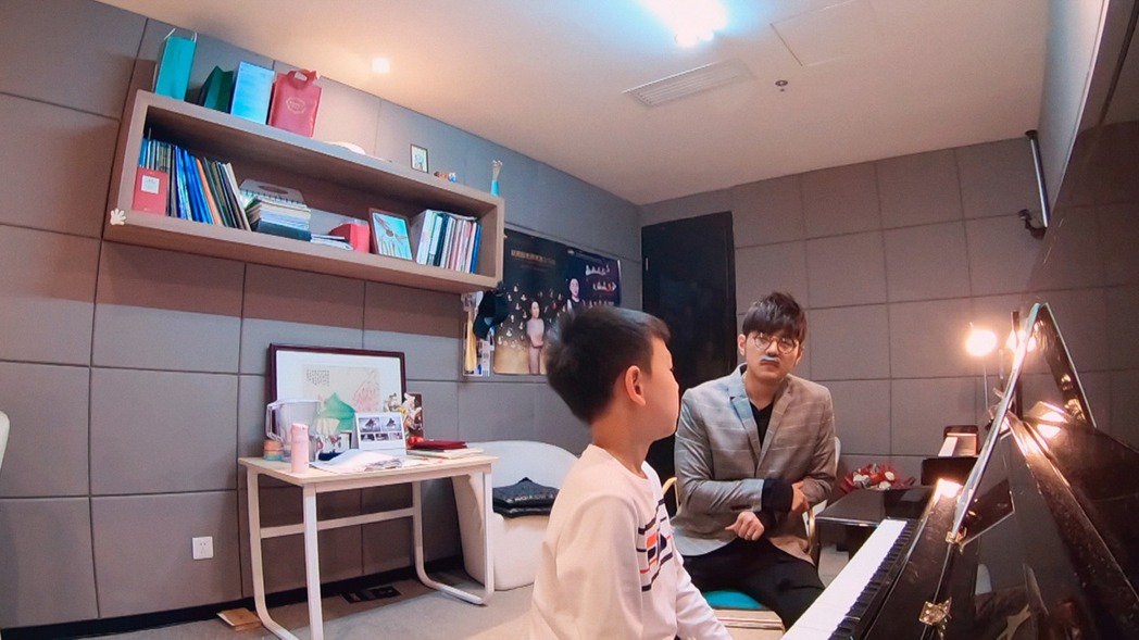 周杰倫在節目中(右)變裝擔任鋼琴代課老師。圖/杰威爾提供