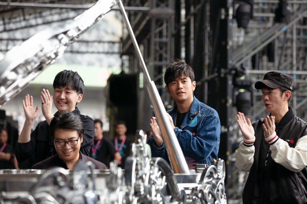 周杰倫去年底於深圳舉辦「嘉年華」演唱會,郎朗彩排時探班秀琴藝,與周董以琴會友。圖...