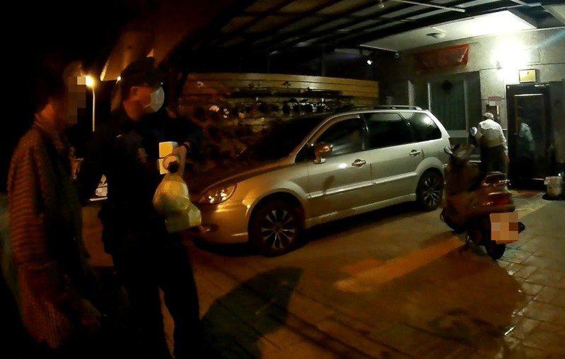 家屬看到警方巡邏車在家門口停車,立即趨前才發現高齡的父母親在車上,才鬆了一口氣。記者高宇震/翻攝