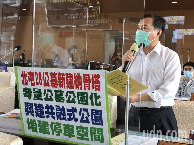 台中市議員曾朝榮建議北屯28公墓考慮公園化。記者陳秋雲/攝影
