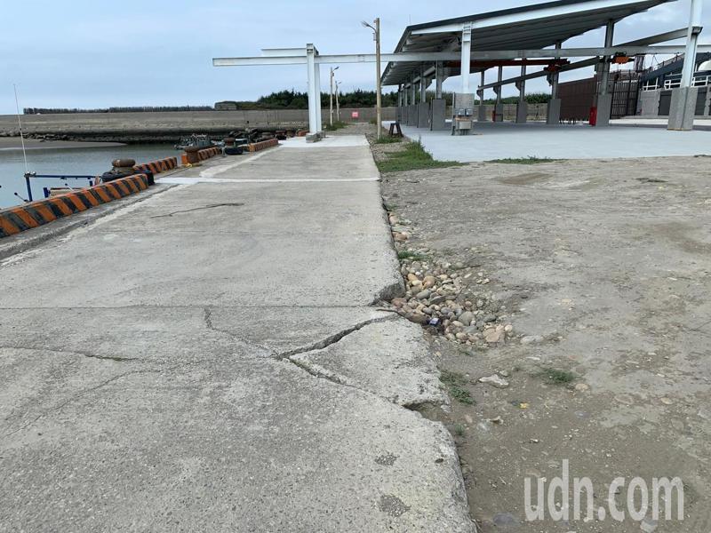 台中市議員李榮鴻批,前市府建設做半套,完成驗收,但水泥地已有裂縫。記者陳秋雲/攝影