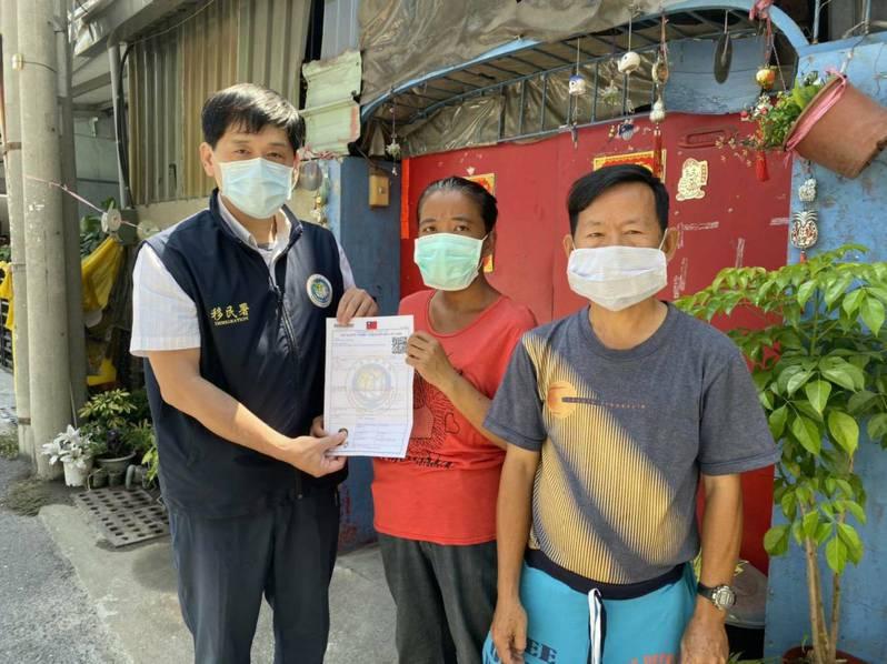 母親節的前夕,移民署等單位將熱騰騰的定居證送到阿玉手中,並立即協助申辦台灣身分證。記者邵心杰/翻攝