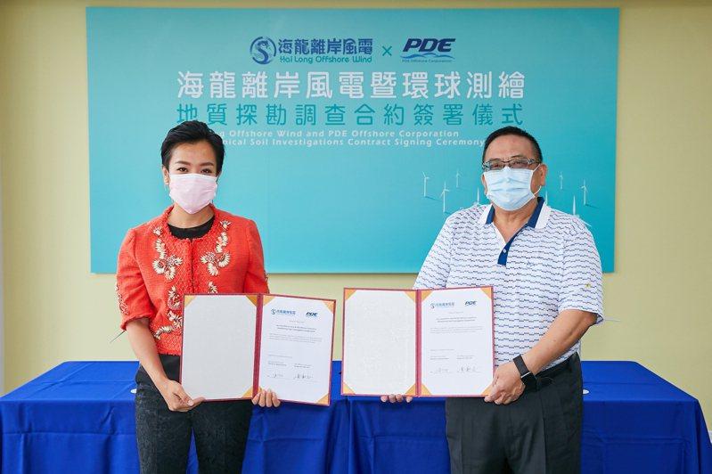 海龍二號及三號風電股份有限公司籌備處代表人及環球測繪董事長黃新志(右)於簽約儀式中合影。記者廖賢龍/攝影