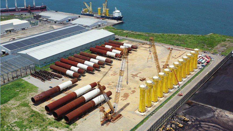 楊德諾公司為海洋風電之水下基礎統包商,自2018年11月起即以台中港為工作基地,在台灣的首座示範風場建置計畫中扮演重要角色。圖/台中港務分公司提供