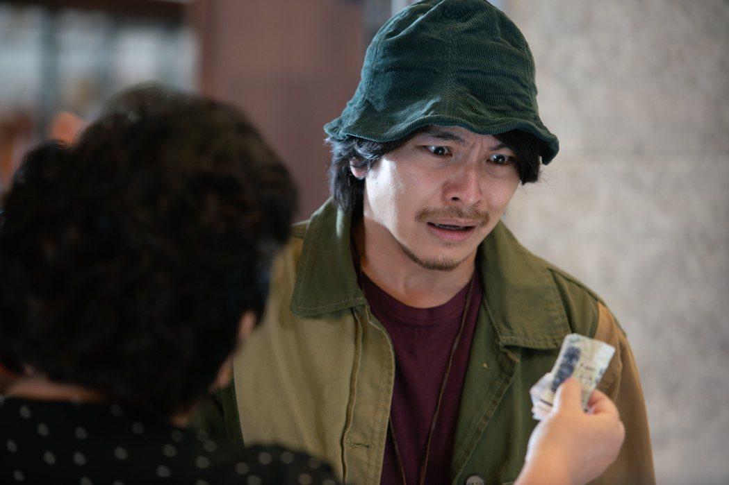 楊銘威(左)在劇中飾演鍾欣凌的第三個兒子,角色性格是典型媽寶加渣男。圖/公視提供