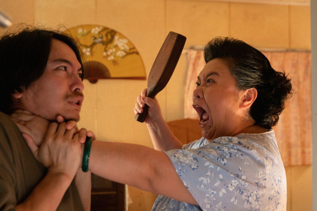 楊銘威(左)在劇中飾演鍾欣凌的第三個兒子,角色性格典型媽寶加渣男。圖/公視提供