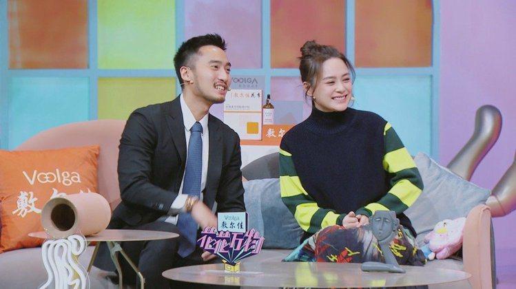 賴弘國(左)和阿嬌上「花花萬物2」時聊起當初結婚時花了不少錢。圖/frDay影音...