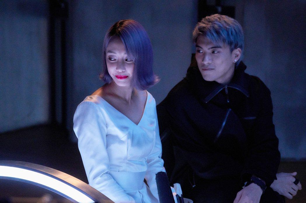 謝欣穎(左)、林哲熹在「愛的廣義相對論」系列影集「迴圈」中,帶出主角對感情的執著...