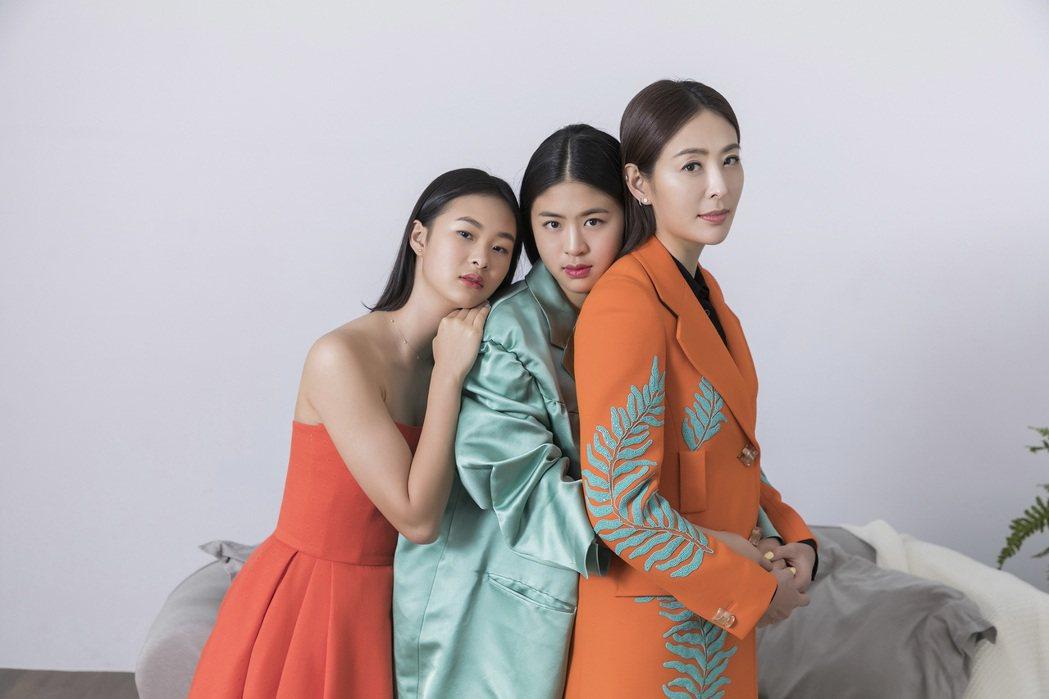 賈永婕(右)和大女兒安安(中)、小女兒小羽拍母親節特輯,3朵花看來就像姊妹,不像