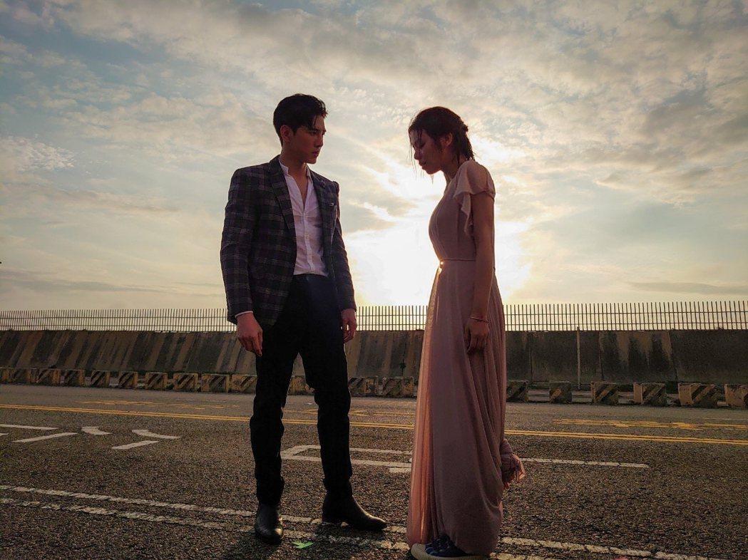 宋芸樺(左)穿越道小說中和張立昂在戲中很多浪漫橋段。圖/三立提供