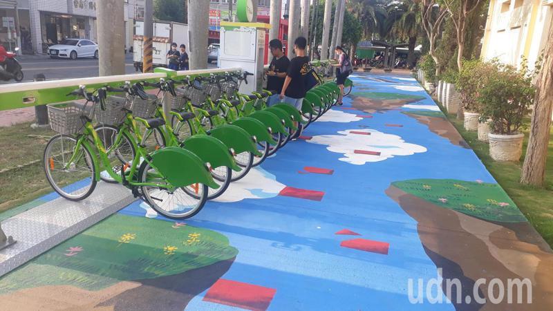 台南市歸仁區T-bike公共自行車站設在歸仁圓環美學館旁,下午開張傍晚有學生放學後租用。記者周宗禎/攝影