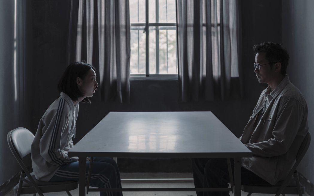 張孝全(右)、李沐在「誰是被害者」中「父女」對手戲令人感動。圖/Netflix提...