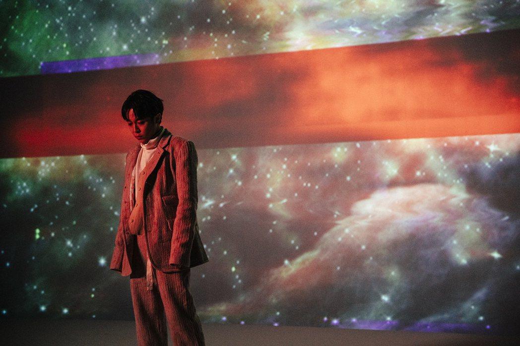 吳青峰「Outsider」MV將於15日晚間7點半首播。圖/環球提供