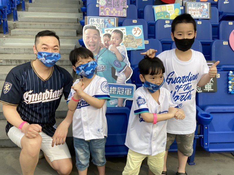 彭先生帶著8歲大兒子和5歲雙胞胎到場看球。記者葉姵妤/攝影