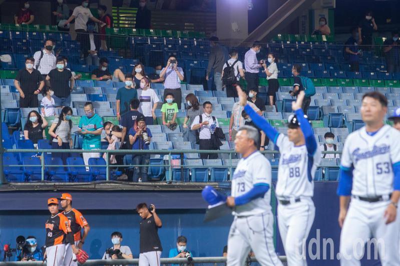 中華職棒今年首場開放球迷入場比賽,終場富邦以7:6擊敗統一獅。記者季相儒/攝影