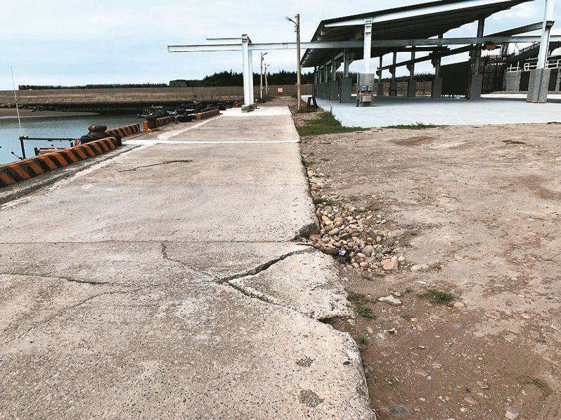 台中市松柏漁港新建的主體工程已完工驗收,還未營運,地上已出現裂縫,漁網無處可放。 圖/李榮鴻議員提供