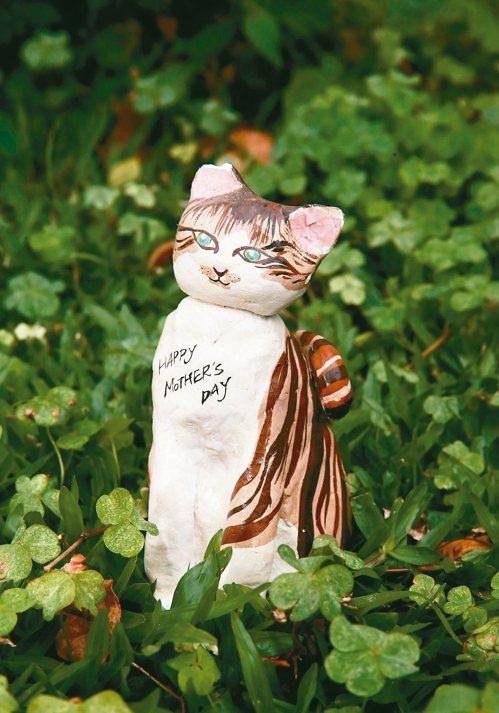 這個黏土貓咪是康思云學生時代做的,康媽媽一直擺在餐廳櫃子上。 圖/黃義書