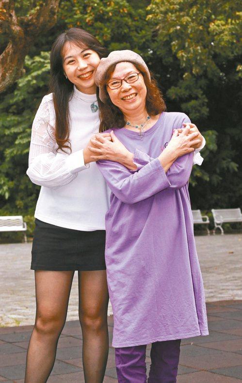 康思云(左)從小喜歡手作,每逢節日總是會做禮物送媽媽。 圖/黃義書