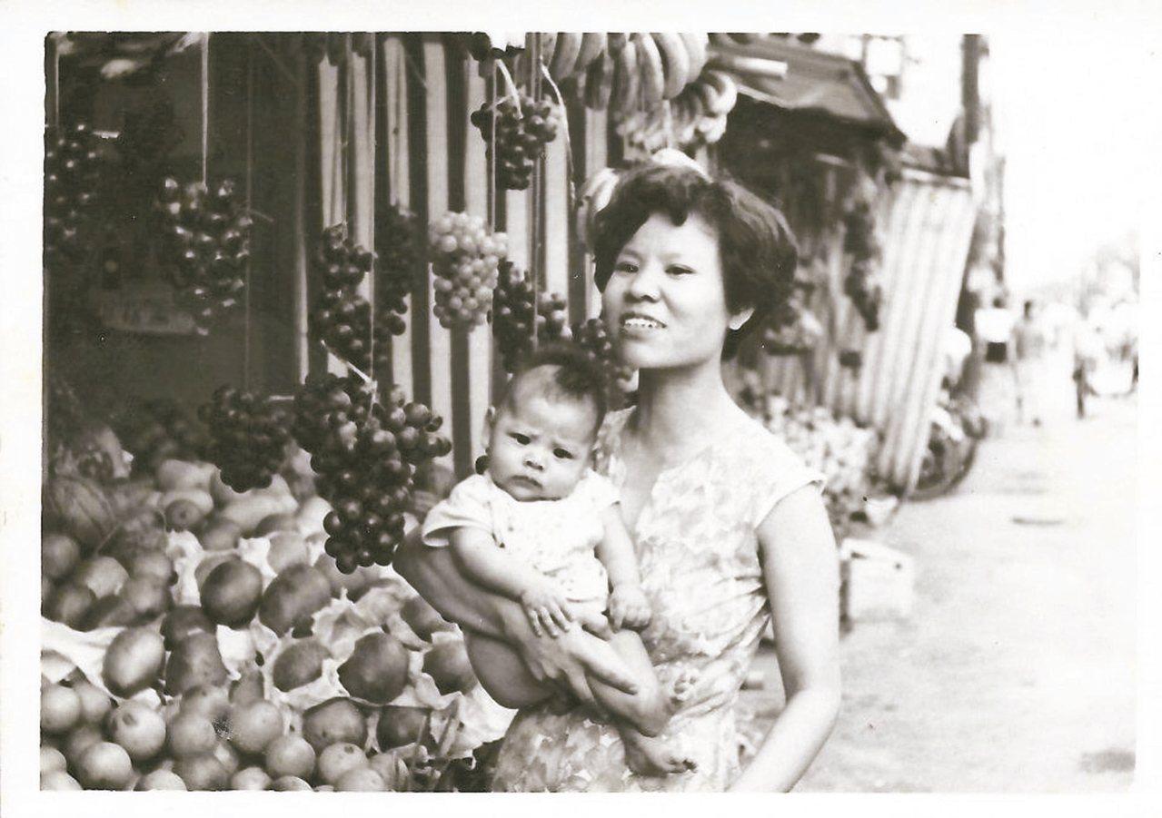 媽媽在台北馬偕醫院對面擺水果攤,拉拔我們長大!圖/HoJen Chen提供