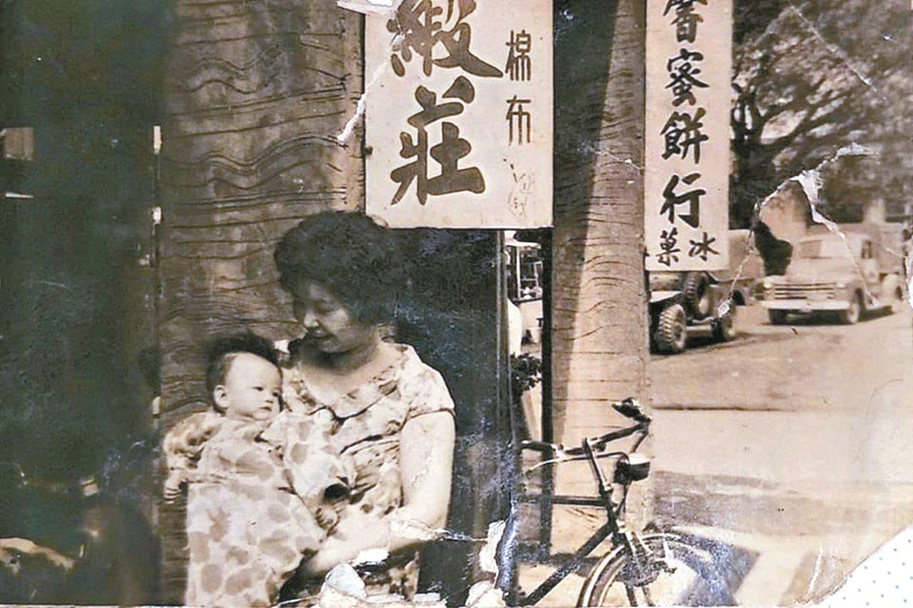我的外婆抱著媽媽,穿著母女裝拍照,永恆最美。圖/Rosanna Chu提供