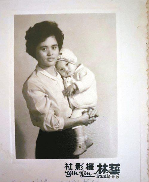 母親結婚7年終獲愛女,滿滿的喜悅寫在臉上。圖/李旭美提供
