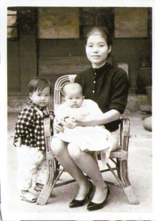民國50年代,我穿著木屐依偎在媽咪身邊。圖/鍾敏蓉提供