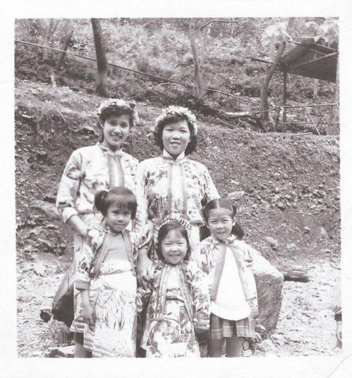 1956年,媽媽和我們穿著原住民服裝留下美美的回憶。圖/Elle Chang提供