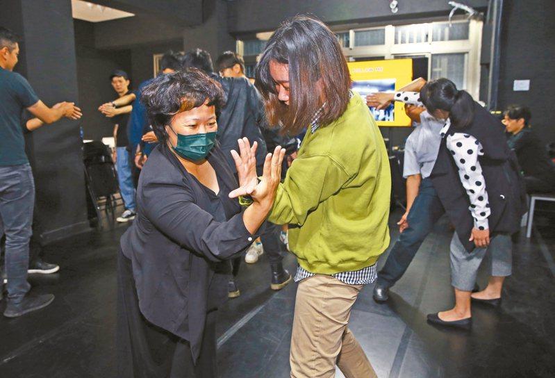 紙風車劇團昨開記者會,為「技術人才進修班」招生宣傳,希望幫劇場人才度過疫情。圖為紙風車「創意和美學」課程。 記者杜建重/攝影