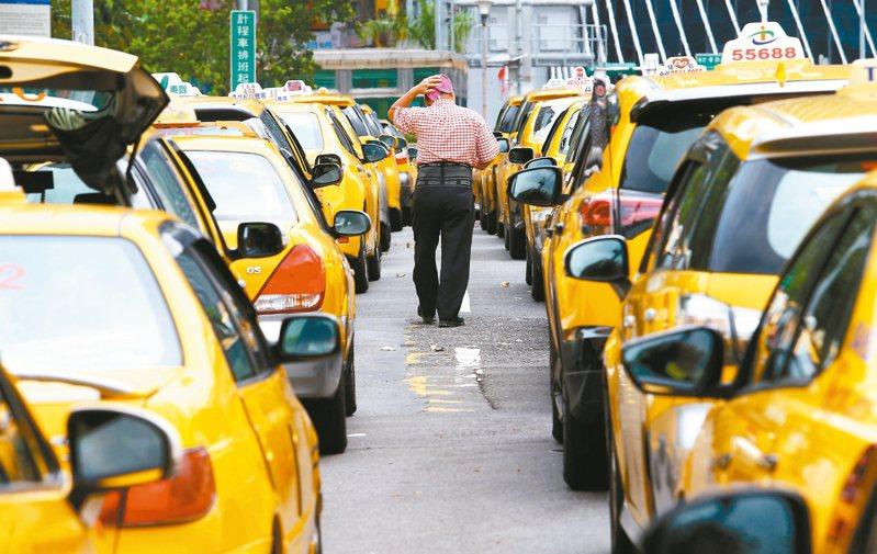 中華大學講座教授杜紫宸近日忘帶口罩出門,計程車司機不但沒拒載,反而直接說「我送你一個」,讓人感到人間處處有溫情。 圖/聯合報系資料照片
