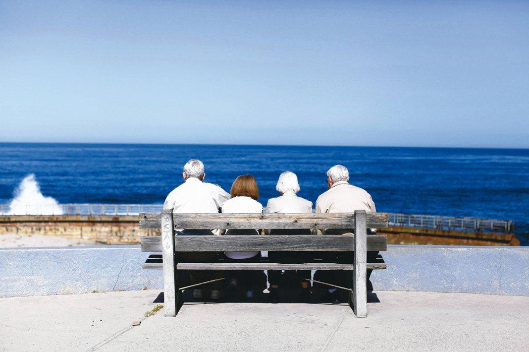 隨著年齡增長,專家建議逐步降低股票比重、提高穩健息收型資產的配置,達到平衡風險的...