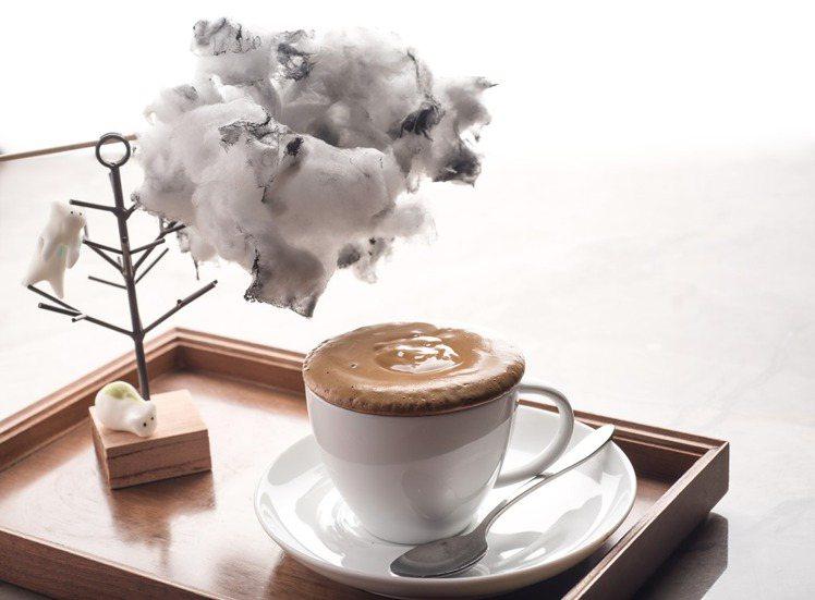 The Lounge大廳酒吧推出「憂鬱雲朵咖啡」系列,將烏雲棉花糖放入咖啡中融化...