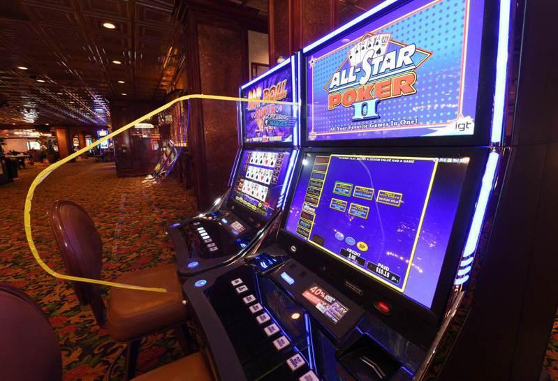 新冠肺炎可能改變賭場經營方式,除了門口設置測溫儀器,在拉霸機之間,以及荷官與客人之間,可能都要以壓克力板隔,圖為美國拉斯維加斯賭場。法新社