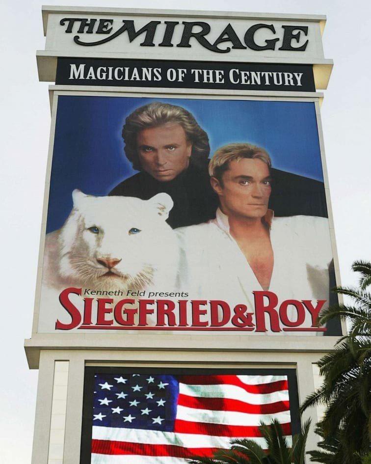 洛伊(右)與齊格菲的「白老虎秀」,曾是拉斯維加斯最轟動的招牌,更為Mirage飯...