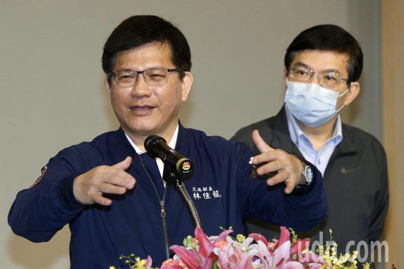 交通部長林佳龍(左)今天上午與政務次長王國材(右)至中華電信聽取1968App後續改善情形的簡報。記者林俊良/攝影