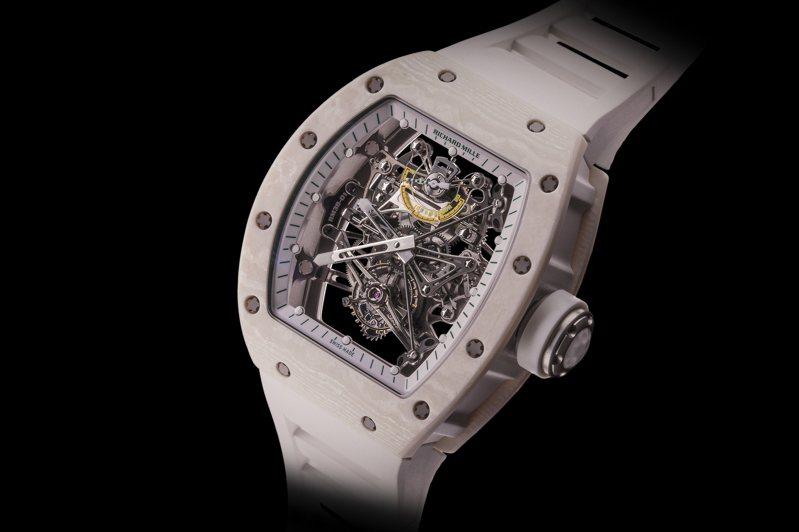 具備專利重力感應裝置的RM 38-01 Bubba Watson重力感應裝置陀飛輪腕表,採用了輕量化的Quartz TPT®為表殼,還擁有陀飛輪功能,定價約2,779萬元,全世界限量50只。圖 / RICHARD MILLE提供。
