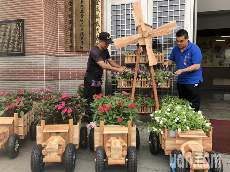 金城鎮長李誠智(右)與北門里長許績才(左)今天上午就在忙著修剪花木,等著妝點街道。記者蔡家蓁/攝影