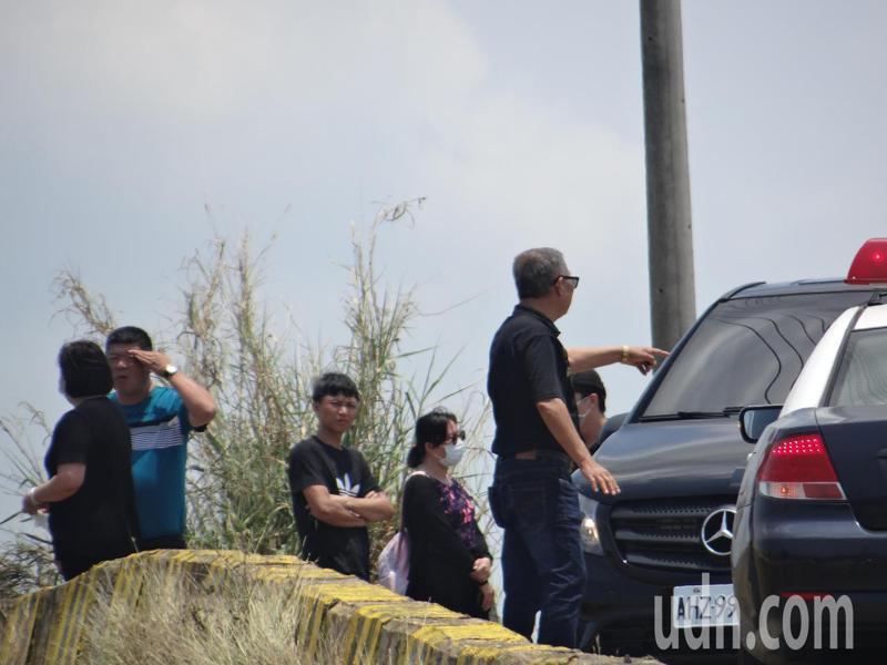 北港溪堤防上一輛廂型車內發現一對男女雙亡於車內。記者蔡維斌/攝影