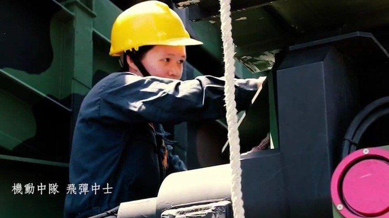 不少女性軍職人員長時間堅守崗位在艦上操練戰訓,讓她們錯失許多陪伴家庭的機會。圖/...