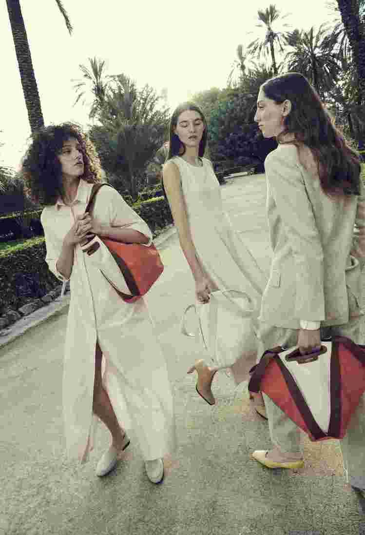 GIANNI CHIARINI推出可依肩背、手提變換輪廓的Asia帆布V形包。圖...