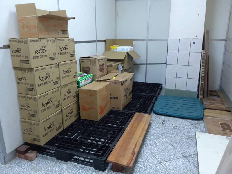 新竹縣世光教養院受到疫情衝擊,因配合防疫措施暫停招待訪客,捐贈物資大幅減少,以前至少屯半年以上的量,如今倉庫很空。圖/天主教世光教養院提供