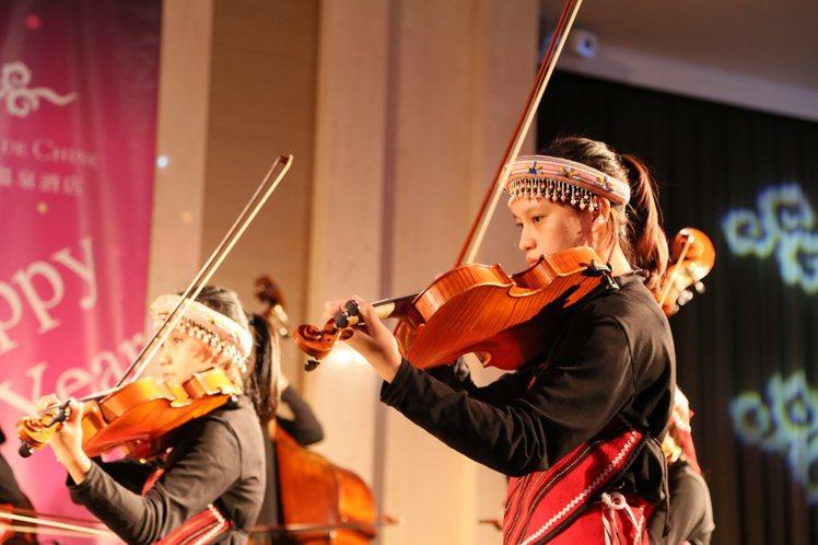 親愛愛樂弦樂團,透過音樂的感染力,共同把愛再傳出去。圖/雲朗觀光提供