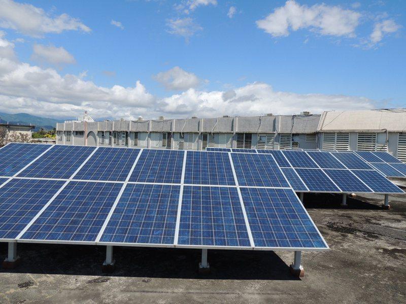 台東縣近年來積極推動綠能,運用公家機關及學校建築屋頂,並鼓勵民眾利用自家屋頂裝置太陽能發電板。記者羅紹平/攝影