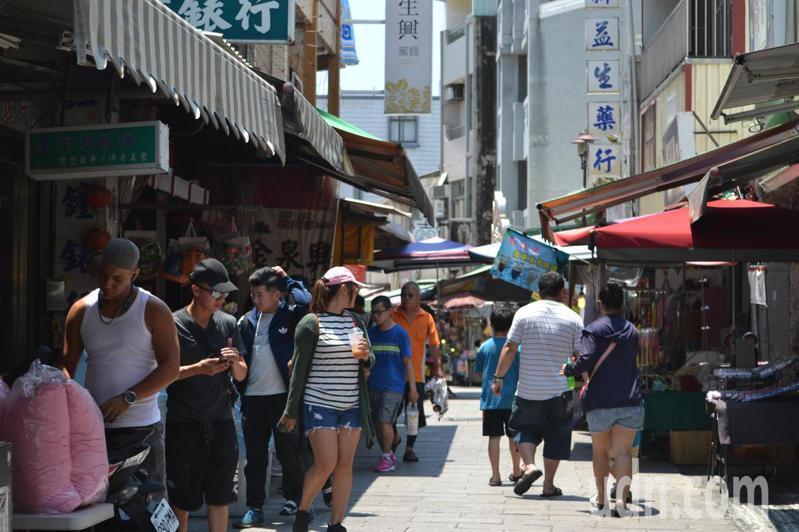 安平老街今天生意冷清,中午用餐時間,遊客稀稀落落。記者鄭惠仁/攝影