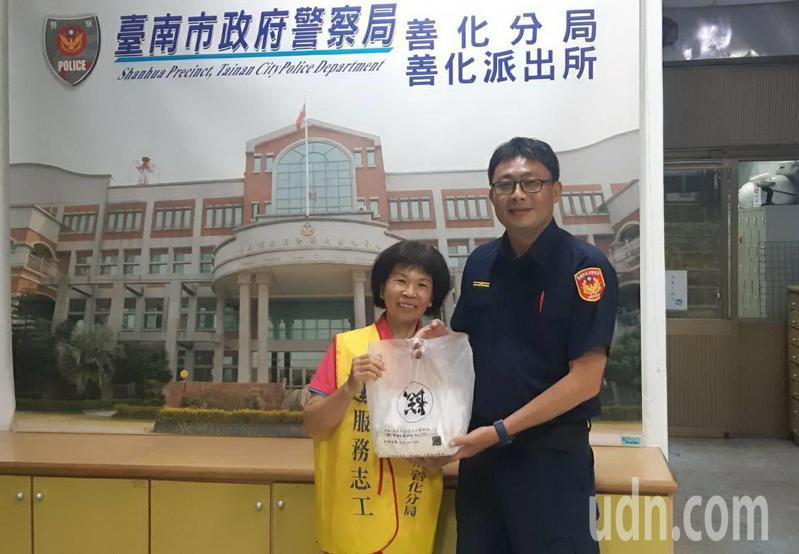 台南善化派出所长陈碧章很贴心,母亲节前夕送蛋糕给志工与工友。图/员警提供