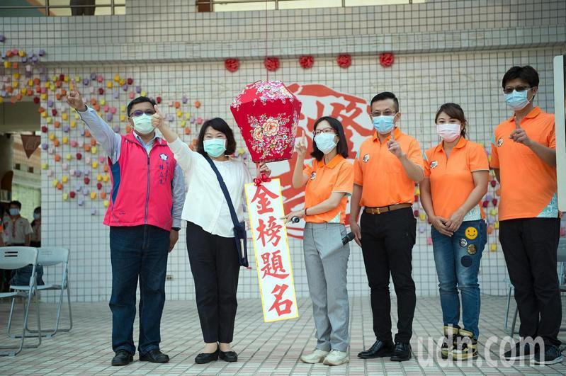 嘉義市長黃敏惠(左二)、教育處長林立生(左)共同祈願學生們金榜題名。記者卜敏正/翻攝