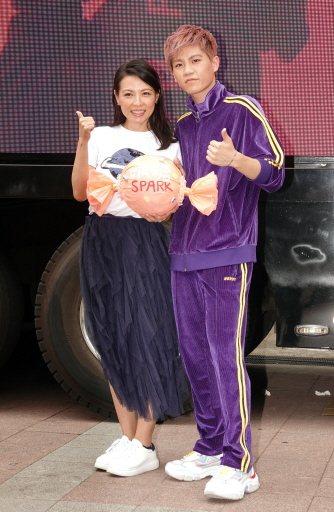 Spark皇毅(右)今天於西門町舉辦見面會,乾媽陳孝萱現身祝賀。記者林澔一/攝影
