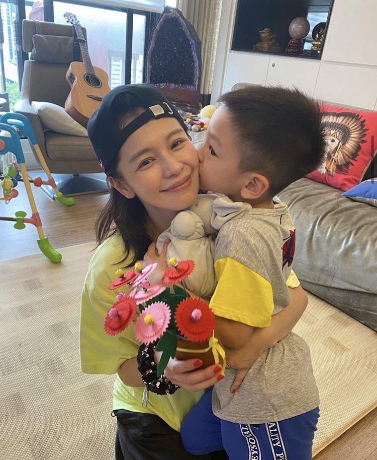 徐若瑄兒子Dalton已經先獻上手作花祝她母親節快樂。圖/摘自IG