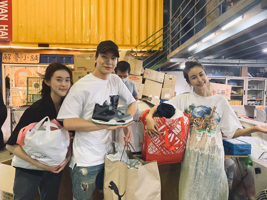 邱偲琹(左起)、張洛偍、黃心娣捐衣物包做公益。圖/周子娛樂提供